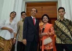 Presiden terpilih Joko Widodo (tengah) bersama Isteri Ny. Iriana (kedua kanan), anak sulung Gibran Rakabuming Raka (kanan), anak kedua Kahiyang Ayu (kiri) dan anak bungsu Kaesang Pangarep (kedua kiri) bersiap menuju Gedung MPR di Rumah Dinas Gubernur DKI
