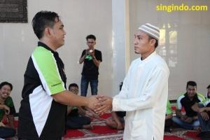 Ketua NBC Iyan Barus (kiri) secara simbolis menyerahkan bantuan kepada pengurus Panti Asuhan Miftahul Hasanah (kanan)