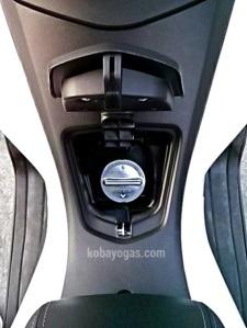Honda PCX 150 - Lubang pengisian bensin berada di tengah antara jok dan tebeng