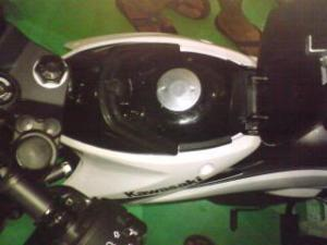 Kawasaki Athlete - Lubang pengisian bensin berada di tengah-tengah bodi