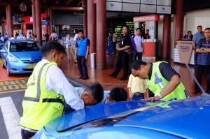 Setelah upaya pengemudi taxi menelpon kebagian bantuan mekaniknya dan dinyatakan harus menunggu kedatangan petugas teknisinya selama 30 menit, bantuan dari pengemudi taxi Blue Bird lainnya dan petugas security bandara sangat membantu untuk menenangkan kepanikan