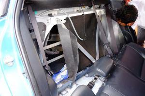 Tetapi kopor saya tidak dapat dikeluarkan karena ternyata terhalang oleh beberapa lempeng besi yang dilas ke badan mobil