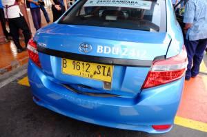 Terima kasih dan penghargaan saya sebagai pelanggan taksi Blue Bird kepada pak Ardiansyah sebagai pengemudi taksi dengan nomor kode BDU2412 yang telah membuat keputusan berani demi kepentingan penumpangnya. Semoga management Blue Bird tidak menjatuhkan hukuman kepada pak Ardiansyah, melainkan sebaliknya memberikan penghargaan kepadanya. Terima kasih juga kepada pengemudi taksi Blue Bird lainnya yang telah membantu, kepada ibu