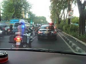 Mobil dinas polisi tidak mau dikawal singindo