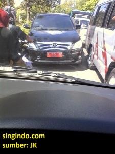 Mobil Plat Merah M 522 NP Kepergok Melawan Arah Singindo