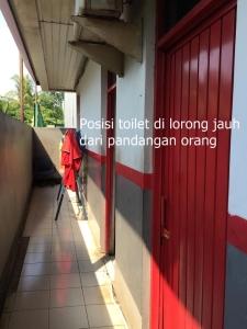 Letak toilet agak ketutup, jauh dari pandangan orang