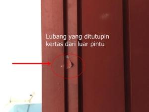 Lubang sengaja ditutup kertas dari luar pintu