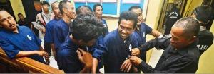 Biadab 18 Preman Tersangka Kasus Pembunuhan Salim Kancil Malah Cengengesan di Kantor Polisi