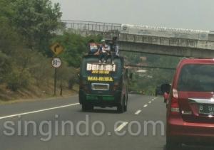 Dengan Memohon Doa Mama Pendukung Persib Ini Nekat Naik di Atas Mobil di Tol Cipularang