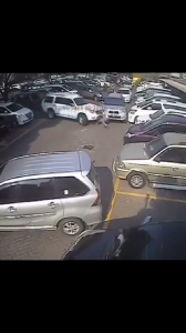 Mobil Parkir Tiba-Tiba Tancap Gas... Banyak Mobil Menjadi Korban...