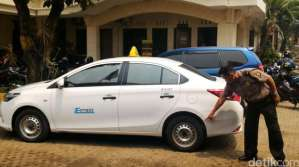 Taksi Express B 1698 KTH Ditembak Pengemudi Land Cruiser B 1 WTO di Mampang 1