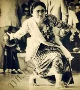 Foto Ibu Tien yang Sedang Main Bowling Pakai Kebaya Ini Keren Banget!