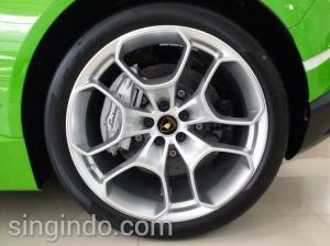Ban besutan Pirelli dengan desain velg dengan garis-garis ruji yang tegas