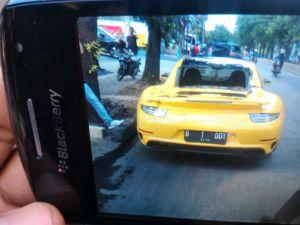Super car warna kuning tertimpa pohon tumbang di Jalan Sultan Iskandar Muda, Jaksel Senin pekan lalu. FOTO: IST. Sumber: internet.