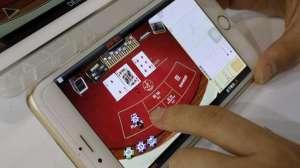 http://www.indogamers.com/read/23/12/2015/11414/walaupun-rapat-berlangsung-oknum-pns-medan-ini-justru-asyik-bermain-game/