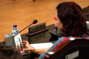 Sumber foto: http://www.indogamers.com/read/23/12/2015/11414/walaupun-rapat-berlangsung-oknum-pns-medan-ini-justru-asyik-bermain-game/