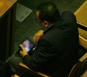 Politisi A dari sebuah parpol tertangkap kamera sedang melihat video tidak patut di tahun 2011, sumber: internet.