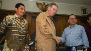 James R . Moffett bersalaman dengan Menteri Pertambangan.