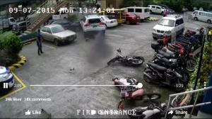 Kesulitan Parkir Mobil Berakibat Fatal... Tiga Mobil dan Tiga Motor Menjadi Korban...
