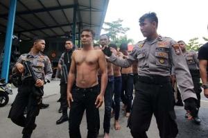 Lima dari 15 orang pelaku pemukulan anggota polisi Batamkota di amankan di Polresta Barelang untuk pemeriksaan lebih lanjut, Jumat (1/1). F. Johannes Saragih/Batam Pos