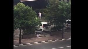 VIDEO: Siapa Pria Berbaju Putih Yang Menembak Di Sarinah Ini?