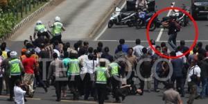 Fotonya Tersebar, Ini Tampang Pelaku Teror Bom Thamrin Tenteng Pistol 5