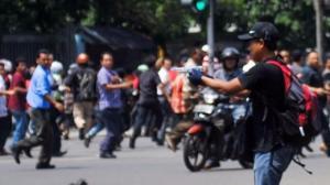 Fotonya Tersebar, Ini Tampang Pelaku Teror Bom Thamrin Tenteng Pistol 6
