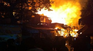 BREAKING NEWS: Warga Bakar Pemukiman Kelompok Gafatar di Mempawah Kalbar