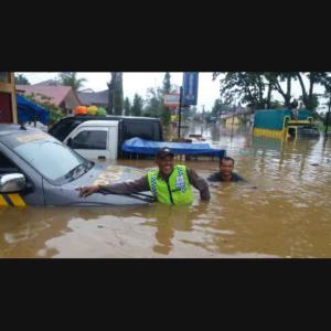 Aksi Ekspresif Petugas Polisi Di Tengah Banjir Sumbar Tuai Pujian Netizen