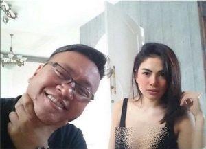 """Pasang Foto Bersama Penulis Buku """"Jakarta Undercover"""", Nikita Mirzani Akan Menikah Dengan Moamar Emka?"""