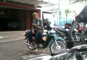 Foto Bapak Petugas Parkir Di Solo Sedang Mengaji Disela Aktivitasnya Tuai Pujian Netizen