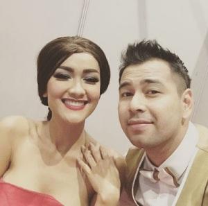 Selfie Bareng Raffi Ahmad, Kemben Jupe Nyaris Melorot