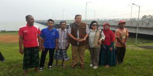 Bu Risma, Pak SBY Nginjek-nginjek Rumput Tuh (Patut Diduga Melanggar PERDA Kota Surabaya Nomor 7 Tahun 2002)