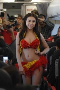 Bikini Show di Dalam Pesawat, Cuma ada di VietJet Air! 11