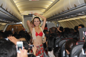 Bikini Show di Dalam Pesawat, Cuma ada di VietJet Air! 3