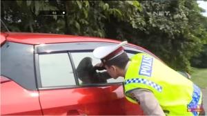 [VIDEO] Sedang Asyik Hohohihi Di Bahu Jalan Tol Cikampek Dua Mahasiswa Digerebek Polisi
