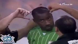 [VIDEO] Dianggap Tidak Sesuai Tradisi Wahabi, Kiper Waleed Abdullah Pasrah Kepalanya Dibotakin Di Pinggir Lapangan