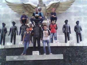 Sekelompok Remaja Berfoto Diatas Kepala Patung Pahlawan Revolusi