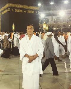 Lihat Foto Mesut Özil Umrah... Hati Jadi Adem!