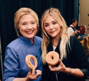 Foto Hillary Clinton dan Chloe Grace Moretz Pegang Donat Ini Ramai Dikomentari