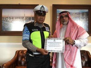polisi-sutisna-dapat-penghargaan-lagi-kali-ini-dari-duta-besar-arab-saudi
