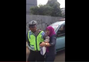tidak-terima-ditilang-dora-natalia-singarimbun-cakar-polisi