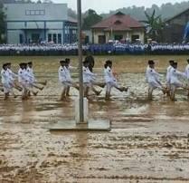 Salut! Walaupun Cuaca Buruk, Anggota Paskibraka Kabupaten Kutai Kartanegara Tetap Semangat! 03